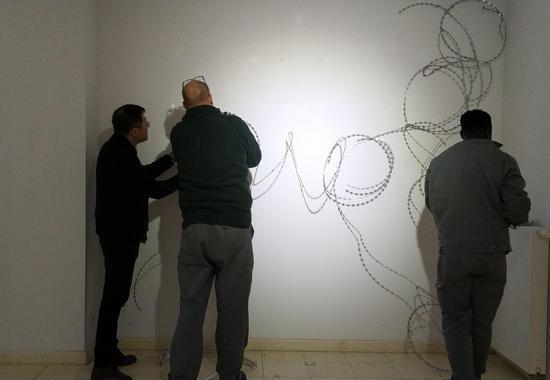 王璜生与德国工人一起布置《溢光》作品
