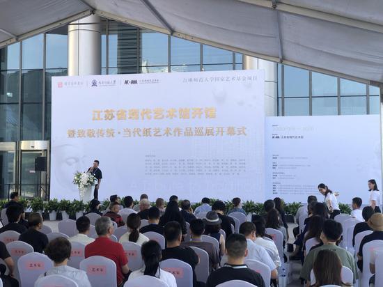 當代紙藝術作品巡展亮相南京