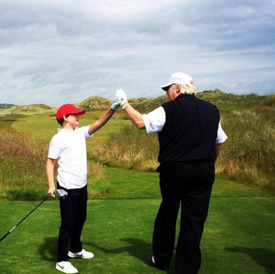 这张照片摄于2014年7月份,凸显了特朗普与儿子之间的温情时刻。