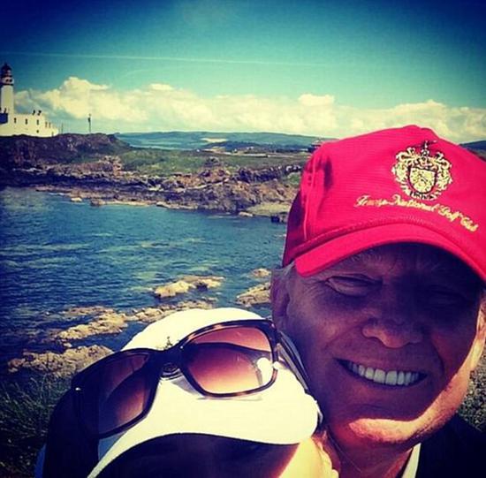 2014年7月,在苏格兰打高尔夫球时,梅拉尼娅与特朗普的自拍合影。