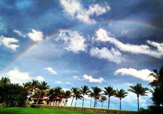 特朗普位于棕榈滩的海湖庄园,彩虹悬在空中。