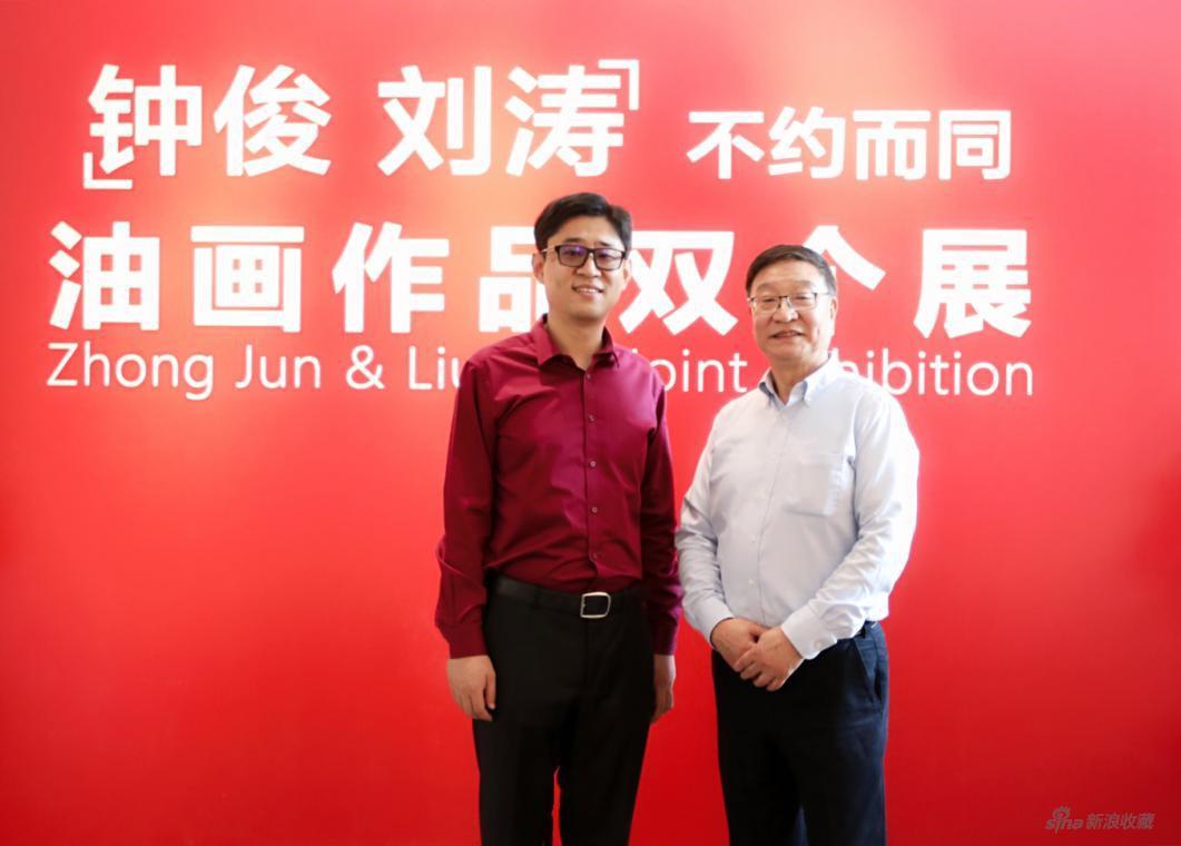 中國電力美術協會主席鐘?。ㄓ遥?青年畫家劉濤(左)