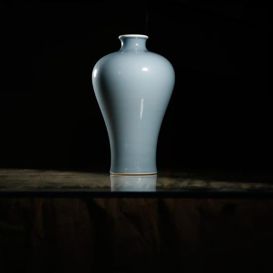 清乾隆 · 天蓝釉梅瓶 起拍价RMB:300,000 成交价RMB:374,000