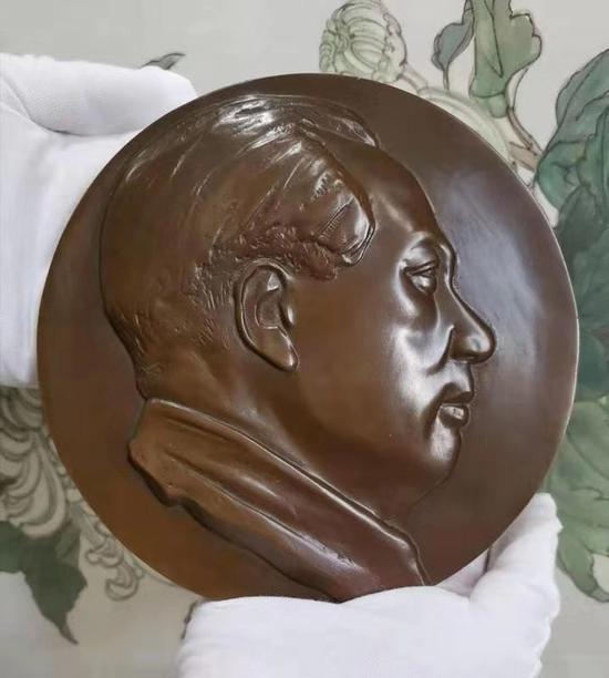 新中国缔造者毛泽东浇铸铜章在沪发行