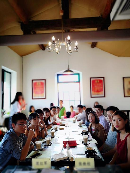 """两岸的青年代表在""""未来咖啡""""咖啡厅座谈交流"""