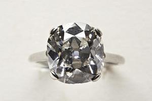 英拍卖师慈善拍品中发现两枚贵钻戒