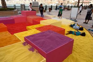 """艺术家用30吨彩砂创造""""梦想城市""""互动艺术"""