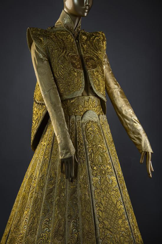 Guo Pei黃金嫁衣(側面)
