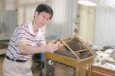 王津在修复钟表