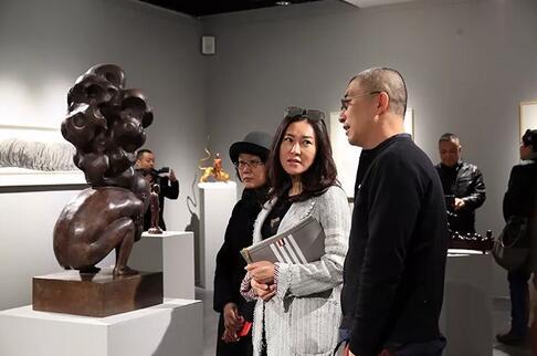 艺术家张勇给两位嘉宾介绍作品