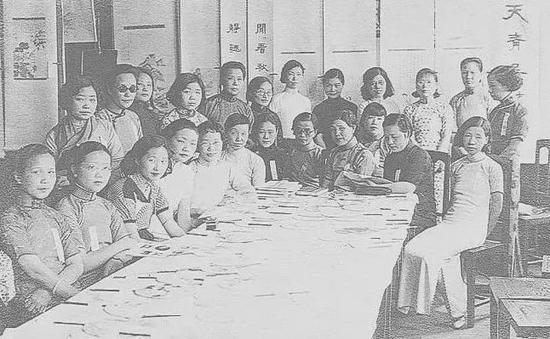 中國女子書畫會合影 前排左三:周錬霞