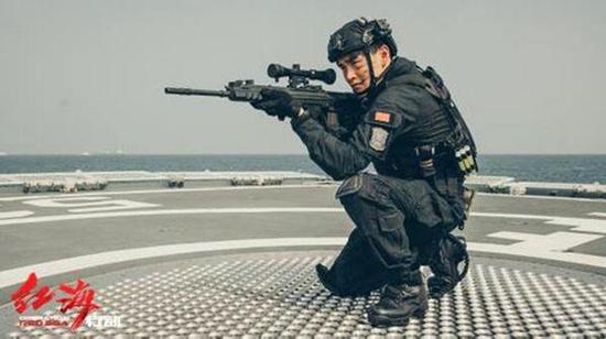 枪图片霸气_霸气!《红海行动》中的狙击枪亮相重庆北火车站_新浪重庆_新浪网