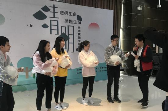 """体验?#20843;?#20129;"""" 重庆大学生清明这样?#24418;?#29983;命"""