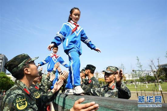 重庆小学生感受军旅生活 ?#37038;?#22269;防教育