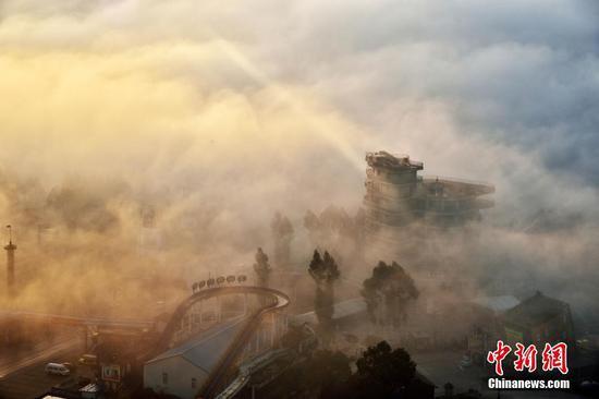 当平流雾遇上长江 重庆一小镇宛如仙境