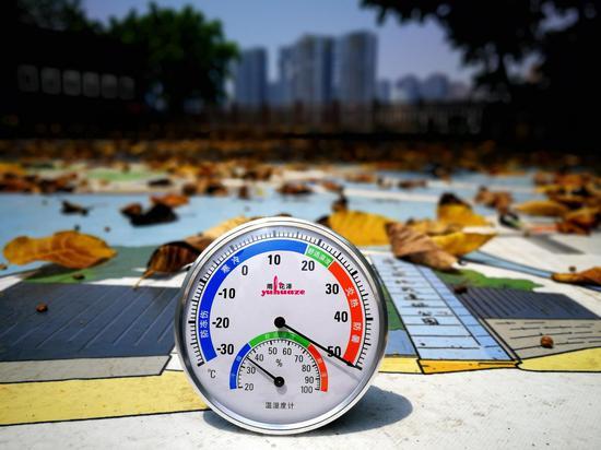 实拍重庆?#38477;?#26377;多热:温度计爆表 地面超57℃[组图]