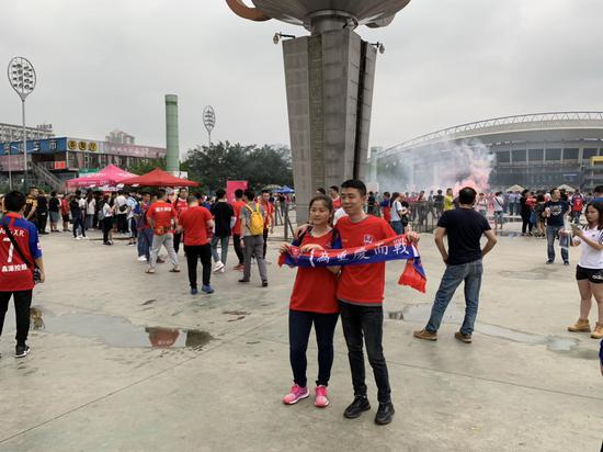 重庆斯威主场迎战广州恒大淘宝 市民集结为重庆加油