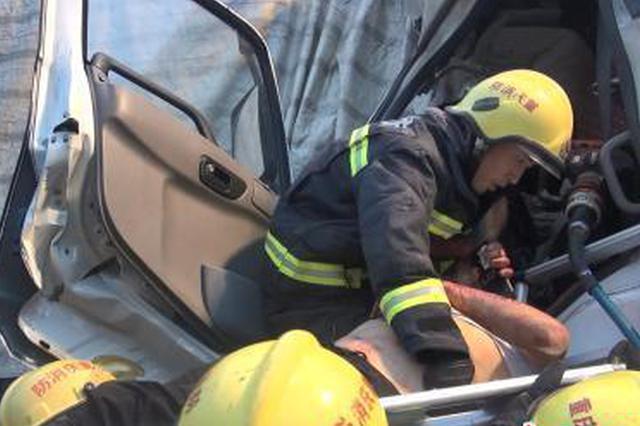 渝湘高速重庆黔江段三辆重型挂车连环相撞 致1死4伤