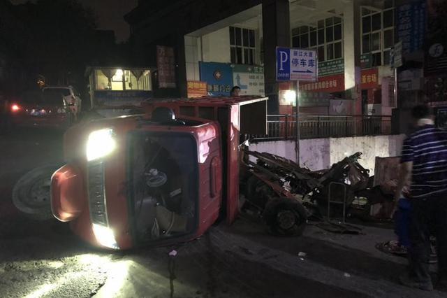危险!重庆一车辆侧翻漏油 民警直接冲了上去……