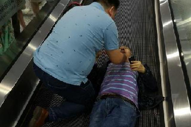 男子在重庆西站突然?#29399;?#26799;上 路过医生连忙出手救人