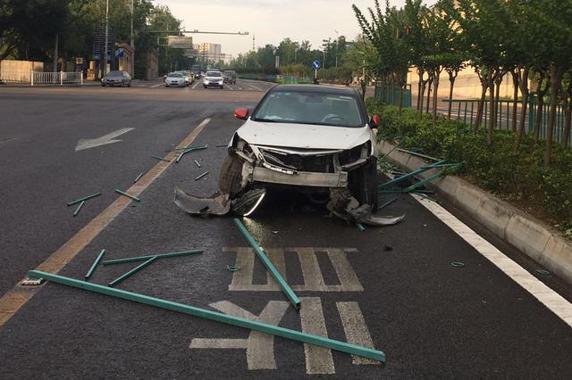 男子与老婆吵架通宵喝?#24179;?#38391; 开车上班途中出事故