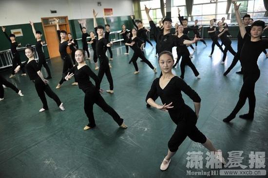 男生艺考舞蹈_株洲一中学舞蹈班有32名男生 为艺考两年没碰篮球_新浪湖南_新浪网