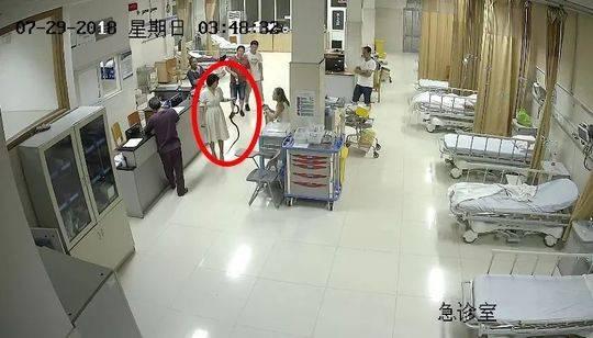 女子未走人行道,女辅警劝导时被按在花坛上殴打