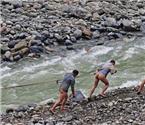 三峡库区再现裸体纤夫