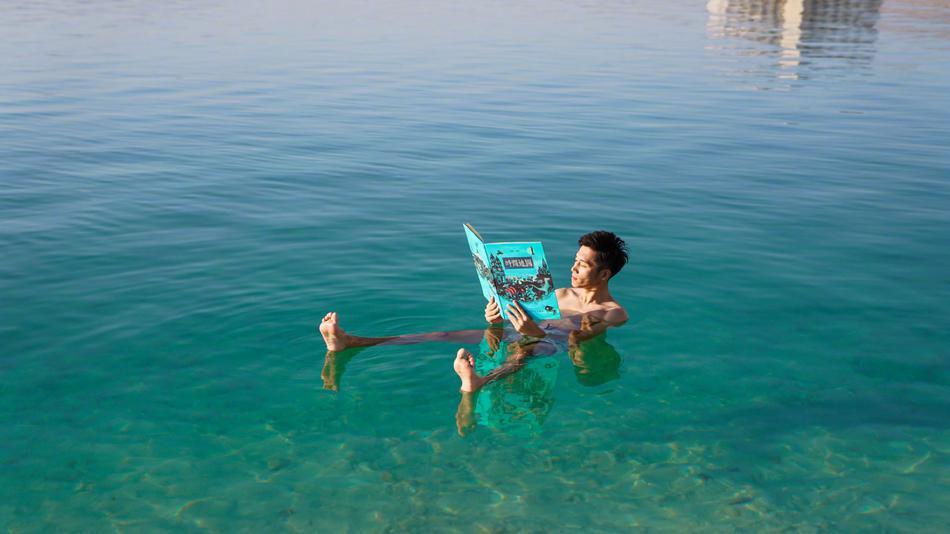 神奇的死海:可以很轻松的漂浮在水上