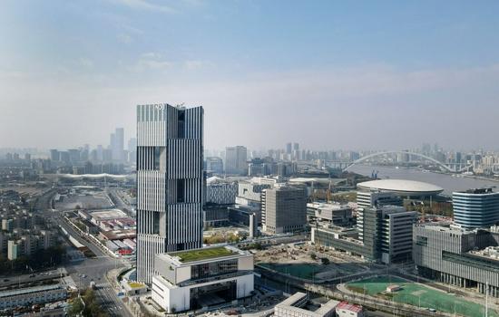 2020年12月17日,新开发银行总部大楼竣工仪式在上海举行。这是12月17日在上海世博园区拍摄的新开发银行总部大楼(无人机照片)。新华社记者 方喆 摄