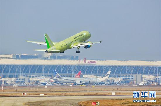 2019年12月27日,C919大型客机106架机在上海浦东机场起飞。 新华社发