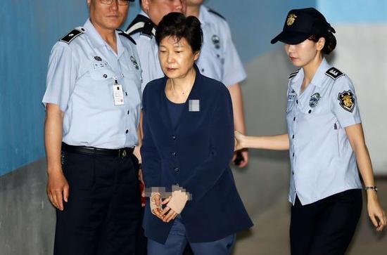 资料图:朴槿惠戴手铐出庭受审