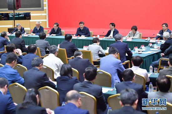 2018年5月2日,中共中央总书记、***主席、中央军委主席习近平来到北京大学考察。这是习近平同北京大学师生座谈并发表重要讲话。 新华社记者李涛摄
