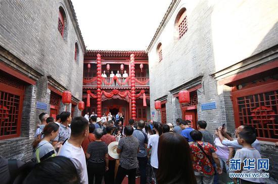 10月5日,游客在河北省武安市伯延古镇观看实景剧《商帮归来》。新华社发