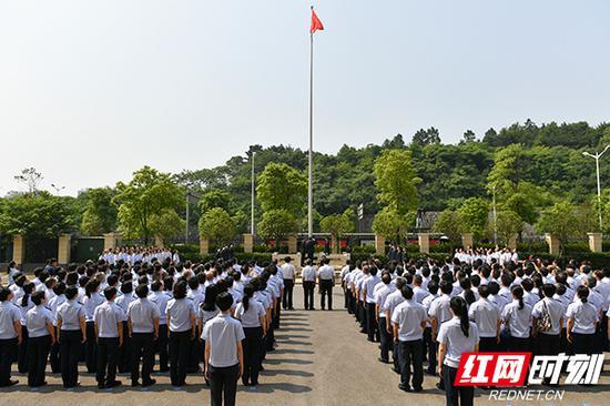 国家税务总局湖南省税务局在挂牌仪式上升国旗、唱奏国歌