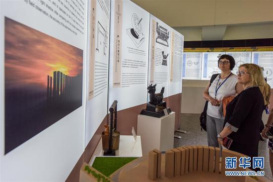 """6月11日,在联合国维也纳办事处,人们参观""""中国古代导航展――从指南针到北斗""""展览。新华社记者 郭晨 摄"""