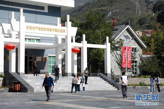 10月3日,在北京市房山区霞云岭乡堂上村,游客参观没有共产党就没有新中国纪念馆。新华社记者王君璐摄
