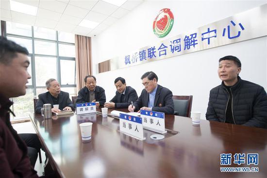 4月1日,在浙江省诸暨市枫桥镇联合调解中心,工作人员在调解一起合资纠纷。 新华社记者 翁忻旸 摄