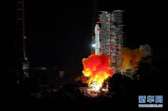 2018年12月8日2时23分,我国在西昌卫星发射中心用长征三号乙运载火箭成功发射嫦娥四号探测器。 新华社记者 江宏景 摄
