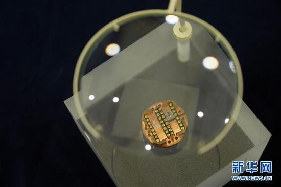 这是量子反常霍尔效应测量用的低温样品架和样品(2019年12月23日摄)。当日,中科院院士薛其坤携清华大学量子反常霍尔效应研究团队,将自主研发的8件关键性科学仪器实物捐赠给国家博物馆。 新华社记者金良快摄