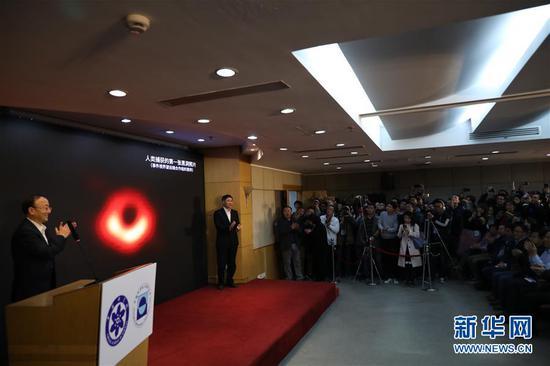 2019年4月10日,中国科学院上海天文台在上海天文大厦发布人类史上首张黑洞照片。 新华社记者 方喆 摄