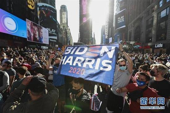 (图片表明:11月7日,人们荟萃在美国纽约时报广场。来源:新华社记者 王迎 摄)