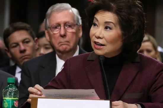 赵小兰与身后的丈夫、美国参议院多数党领袖麦康奈尔