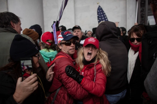 在国会暴乱现场,很多示威者没有戴口罩(路透社)