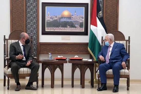 巴勒斯坦总统阿巴斯(右)敦促美国政府对解决巴以冲突作出努力