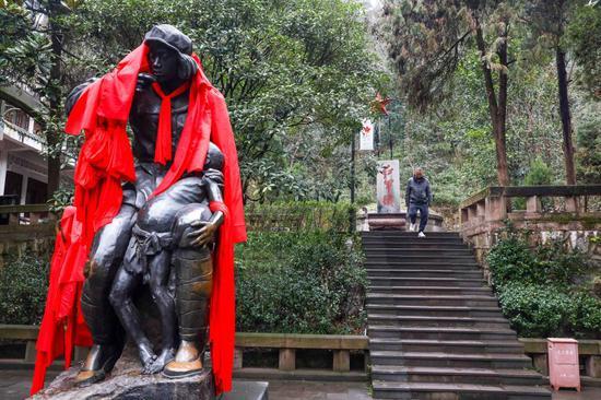 这是遵义红军烈士陵园内的红军卫生员雕像(1月25日摄)。新华社记者欧东衢摄
