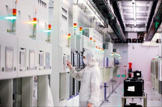 2020年2月18日,在北京经济技术开发区,中芯国际生产厂的工作人员在操作设备。图/新华