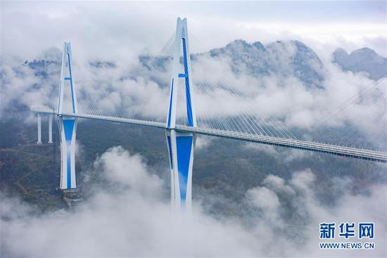 云雾缭绕中的贵州平塘特大桥(2019年12月30日摄)。 新华社记者 刘续 摄