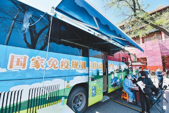 北京:东华门外投用疫苗接种车 留观区可供一百人同时休息