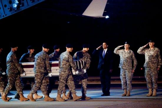 2009年10月29日,美国多佛空军基地,空军C-17军用运输机运送回在阿富汗丧生的美国陆军中士戴尔·R·格里芬的遗体。美国总统奥巴马(右三)出席仪式。